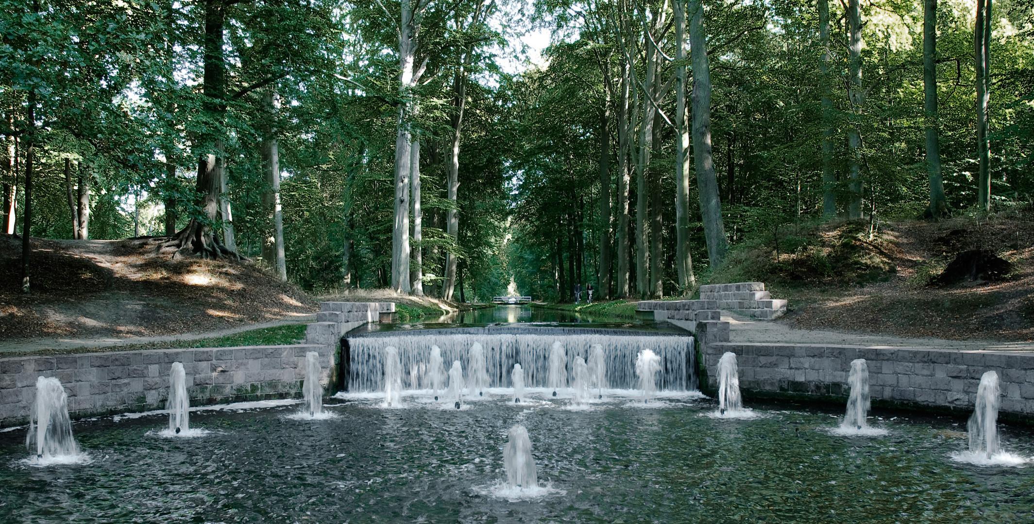 Ludwigslust 8: Wasserspiele vor einem darauf zulaufenden Kanal