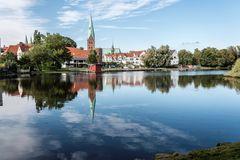 Lübeck _ Aegidienkirche spiegelt sich im Krähenteich