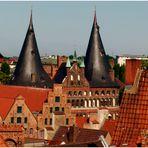 Lübeck - Holstentor zwischen Giebelhäusern