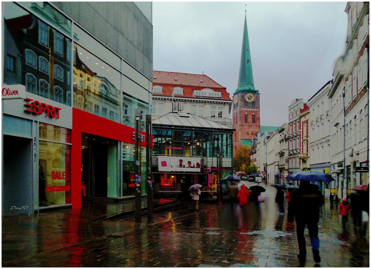 Lübeck im Regen - Breite Straße mit Blick auf St. Jacobi