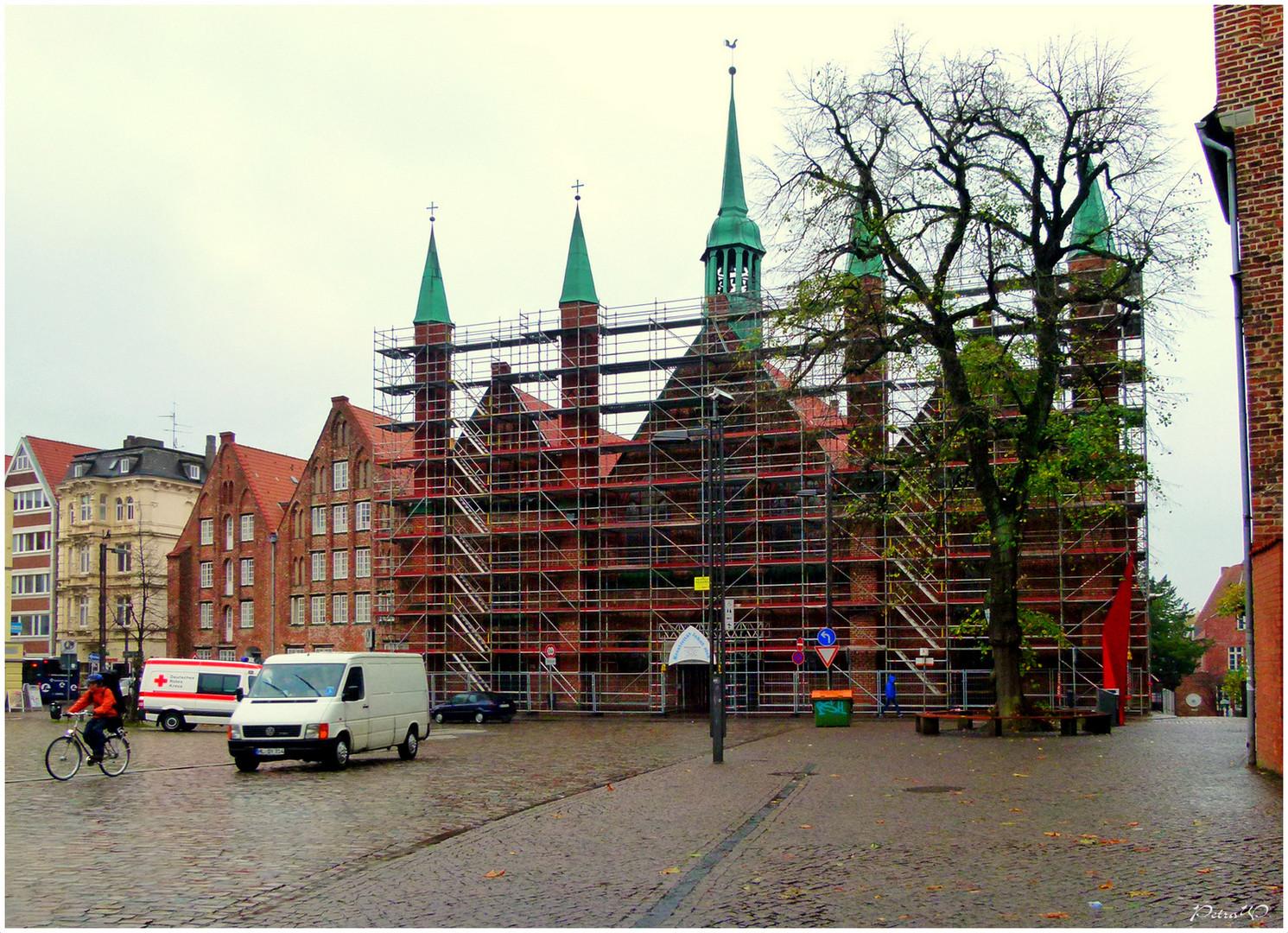 Lübeck im Regen - Koberg mit Heiligen-Geist-Hospital