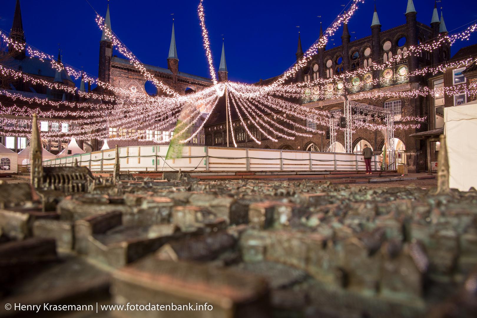 Lübecker Rathausplatz bei Nacht