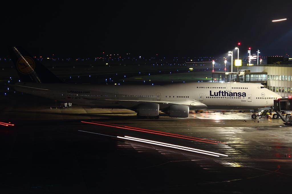 Lufthansa / Boeing 747-8 in Düsseldorf International Airport / Nightshot