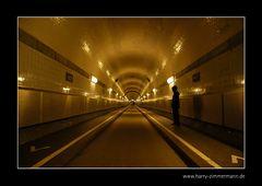Lukas im Tunnel