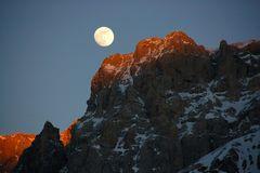 L'ultimo sole e la prima luna rischiarano le dolomiti di Brenta