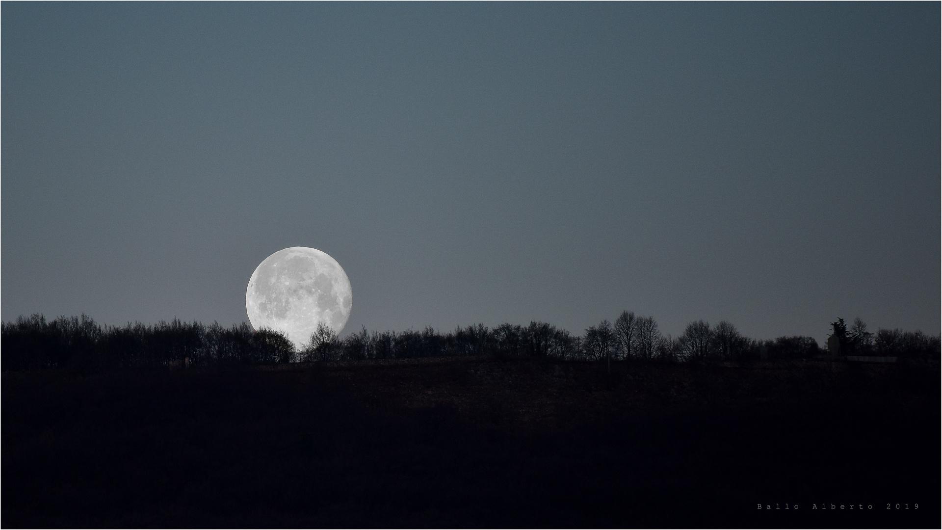 Luna che cala dietro le colline Veronesi