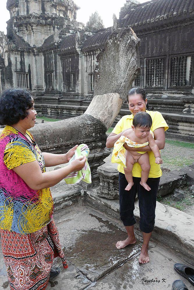 Lustige Szene in einer Tempelanlage - Angkor-Wat