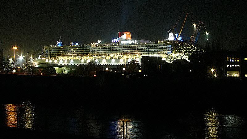 Luxusliner im Dock./Queen Mary 2