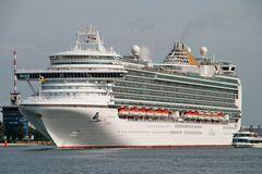 Luxusliner verlässt den Hafen von Warnemünde