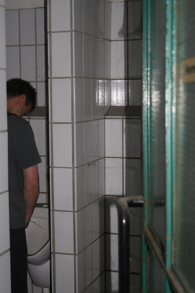 Ma ne Stange Wasser in die Ecke stellen ;-)