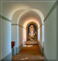 Madonna fatta di pietre e conchiglie.
