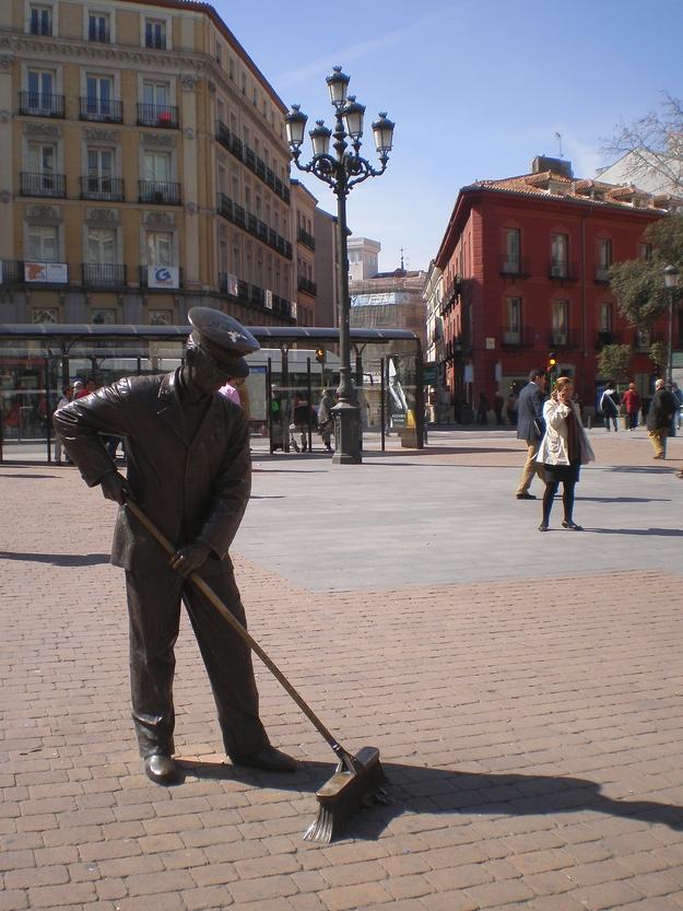 Madrid - Plaza de Jacinto Benavente - El barrendero