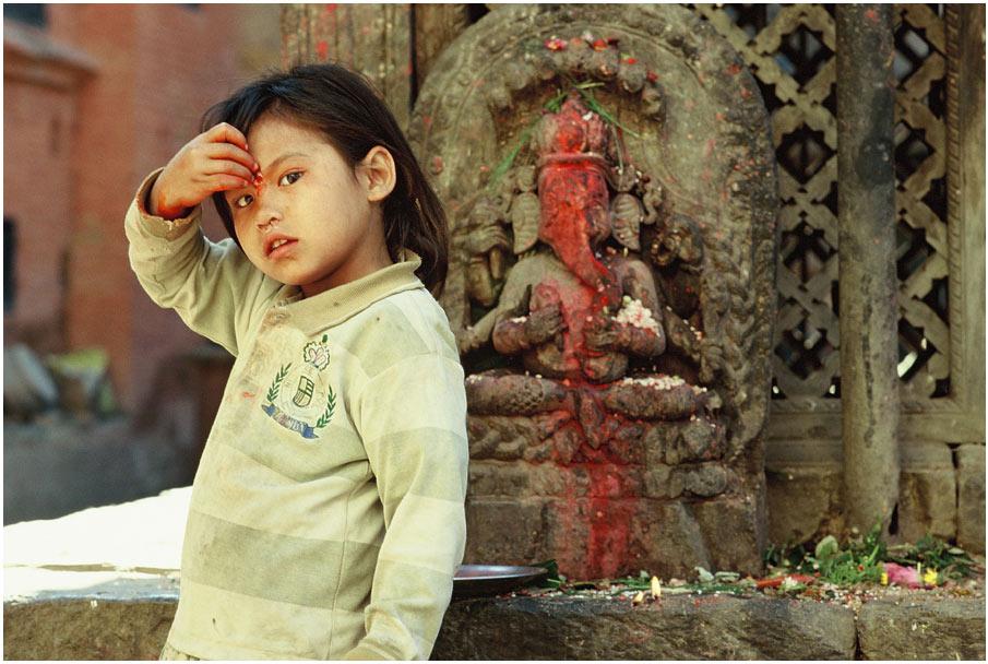 Mädchen am Ganesh-Schrein, Bhaktapur, Tal von Kathmandu