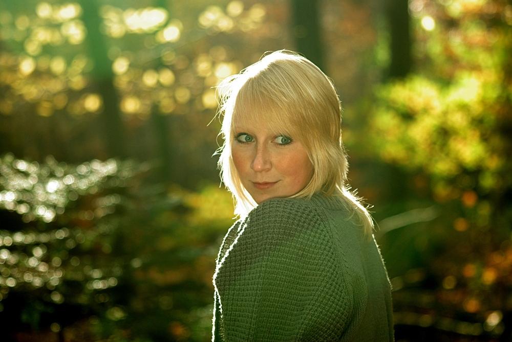 Mädchen im Herbstwald 7