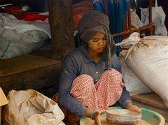 mädchen in der bohnenpastenfabrik, burma 2011