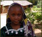Mädchen in ihrem kenianischen Heimatdorf