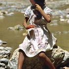 Mädchen kämmt sich am Fluss