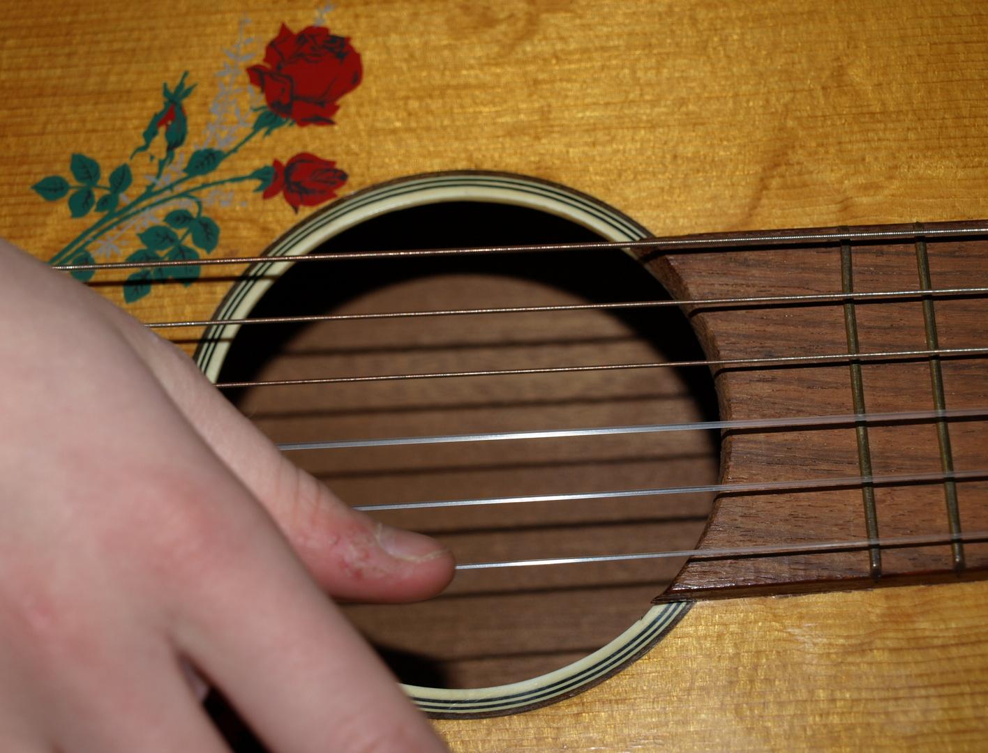 Mädchen spielt klassische Gitarre
