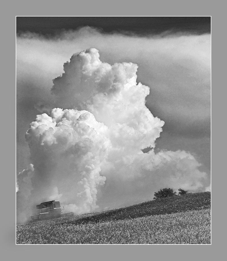 Mähdrescher vor Cumulus