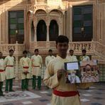 Maenner auf Hotelterasse ... in Rajasthan REISEStory zum Foto