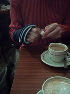 männer die sich um einen schlagen und kaffees ausgeben