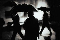 Männer im Regen