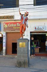 Märchenfiguren schmücken die Straßen in Chivay
