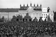 März 1990 - Machvoller Protest vor Rostocker Rathaus