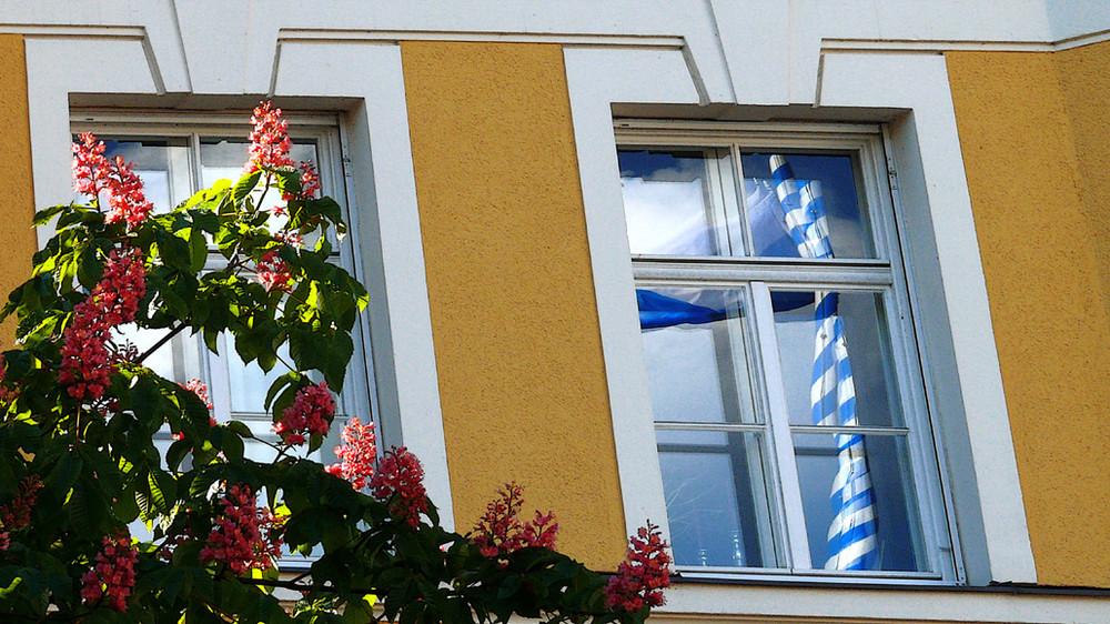 Maibaum im Fenster