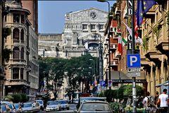 Mailand, Im Hintergrund die Milano Centrale mit der Kapitolinischen Wölfin, Romulus und Remus