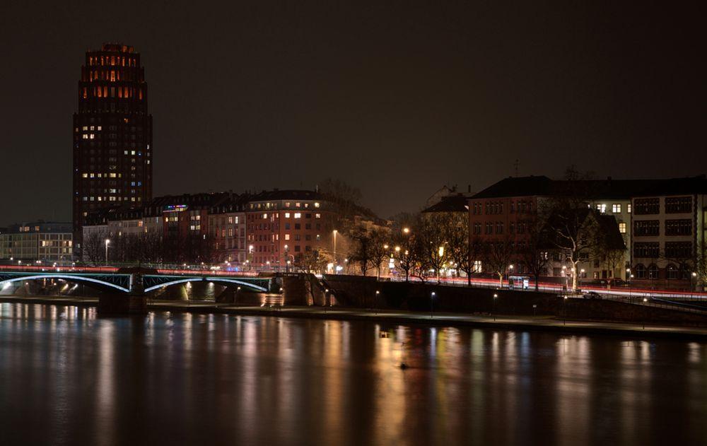 Main Plaza Frankfurt bei Nacht