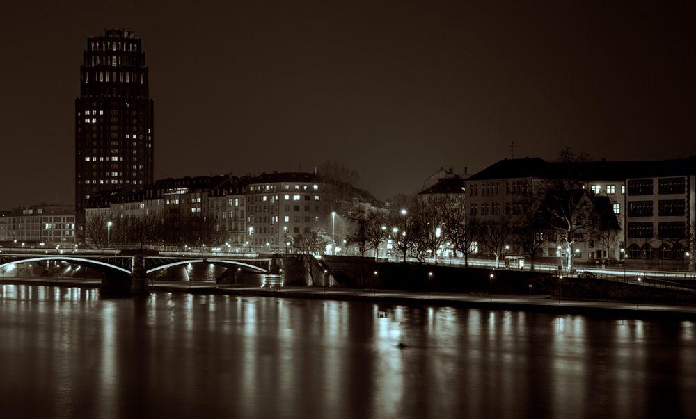 Main Plaza Frankfurt bei Nacht - Sepia/SW