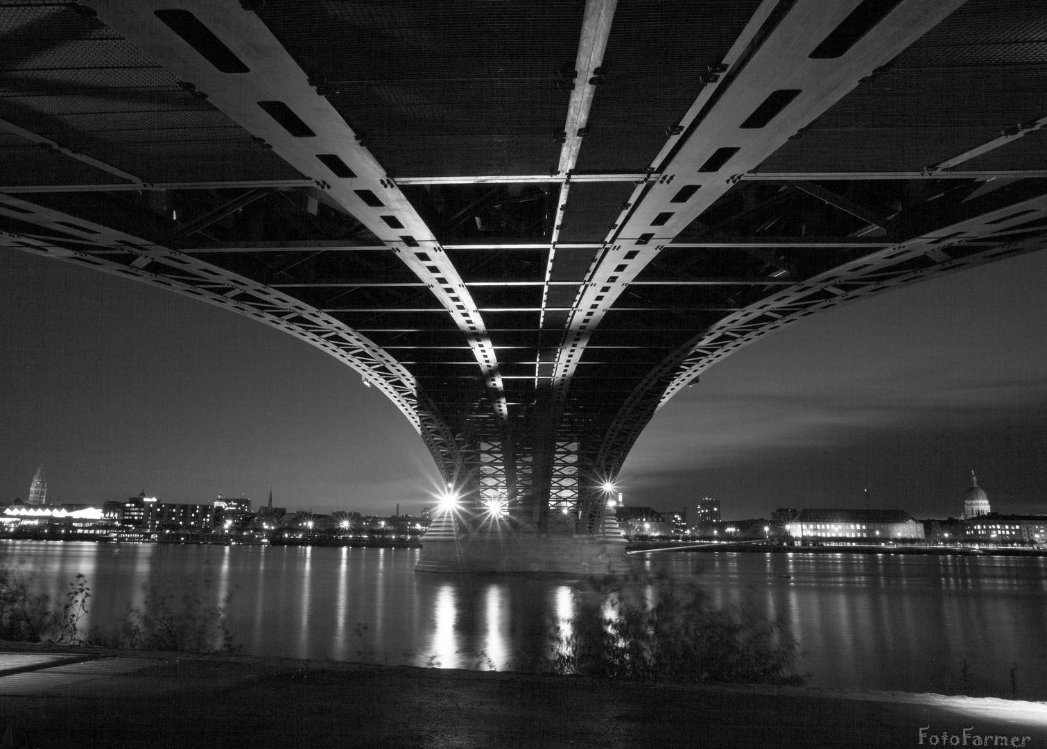 Mainz-Kastel: Unter der Theodor-Heuss-Brücke S/W