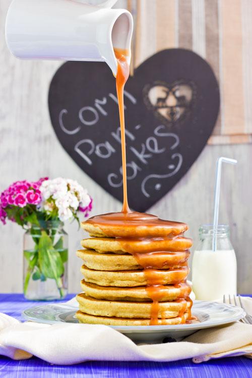 Mais-Pancakes mit Karamellsauce