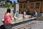 Maispaß am Dorfbrunnen