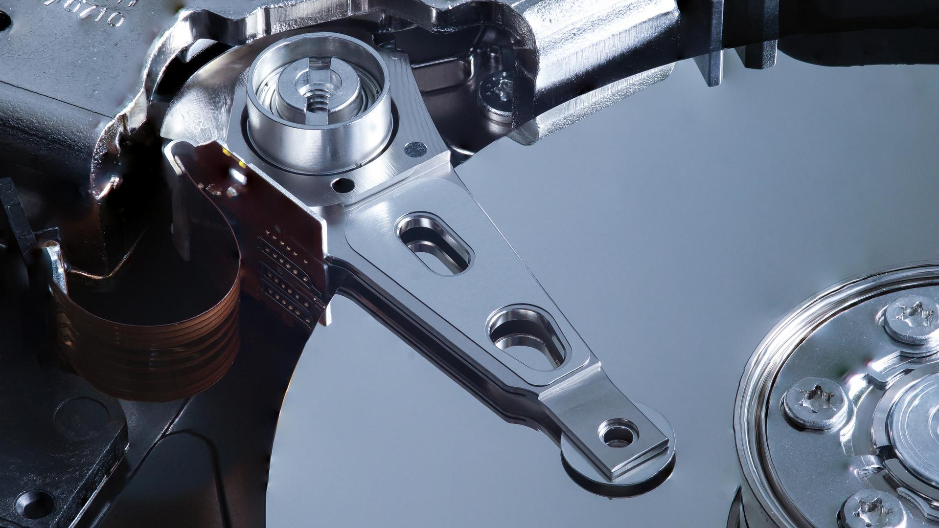 Makro einer Festplatte und deren Lese-/Schreibkopf