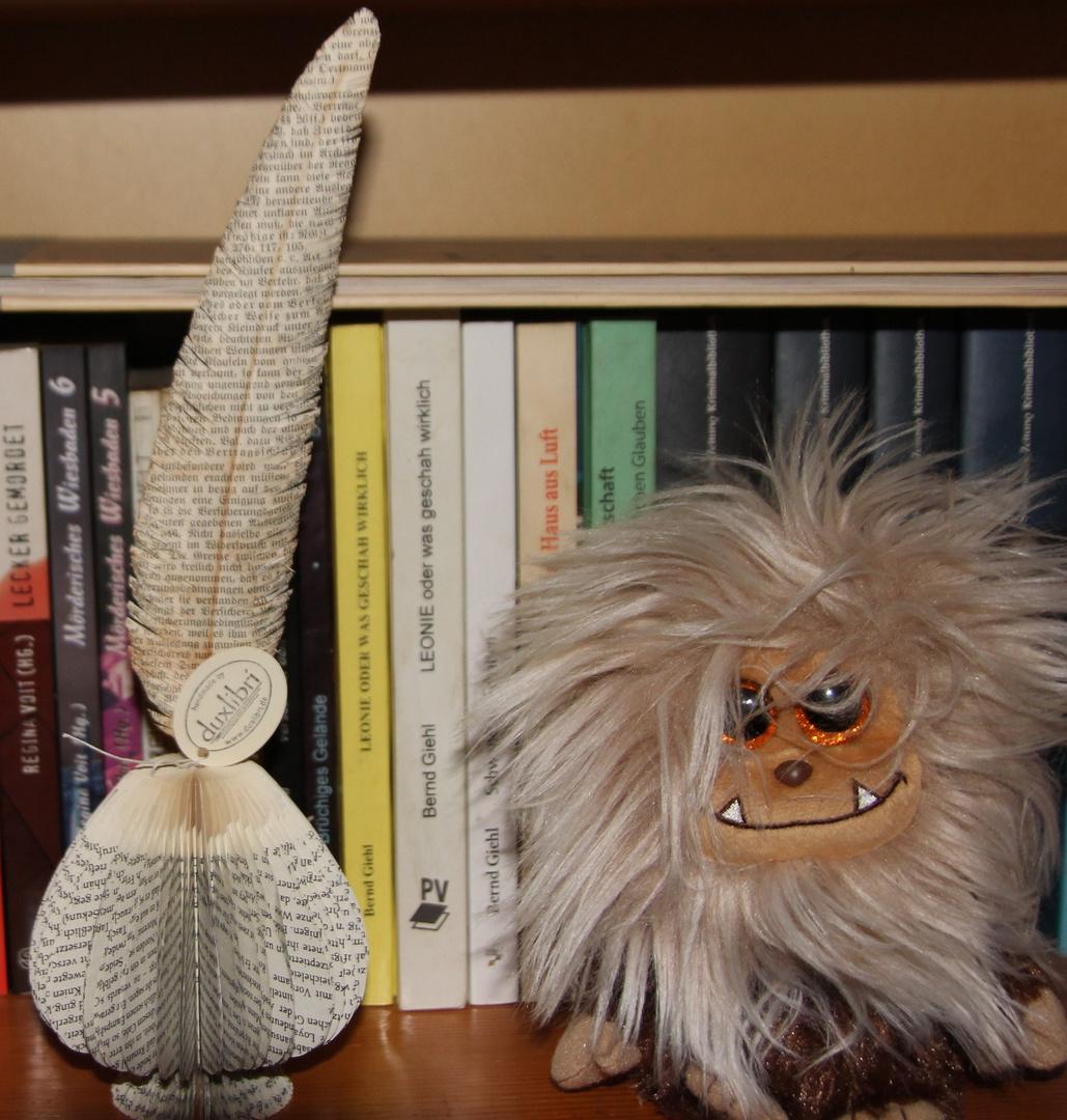 Malachias Honigkuchen, verkannter Dichter vor seinen Büchern mit Tintenfass