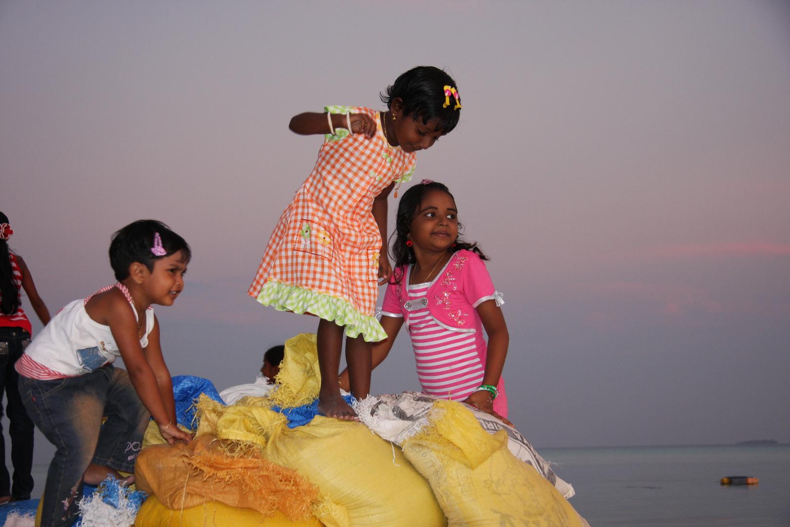 Malediven, Fulidhoo Island, Spielende Kinder 2010