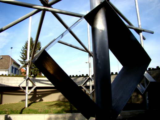 Malteserkreuz beim großen Kreisel in Heitersheim von unten