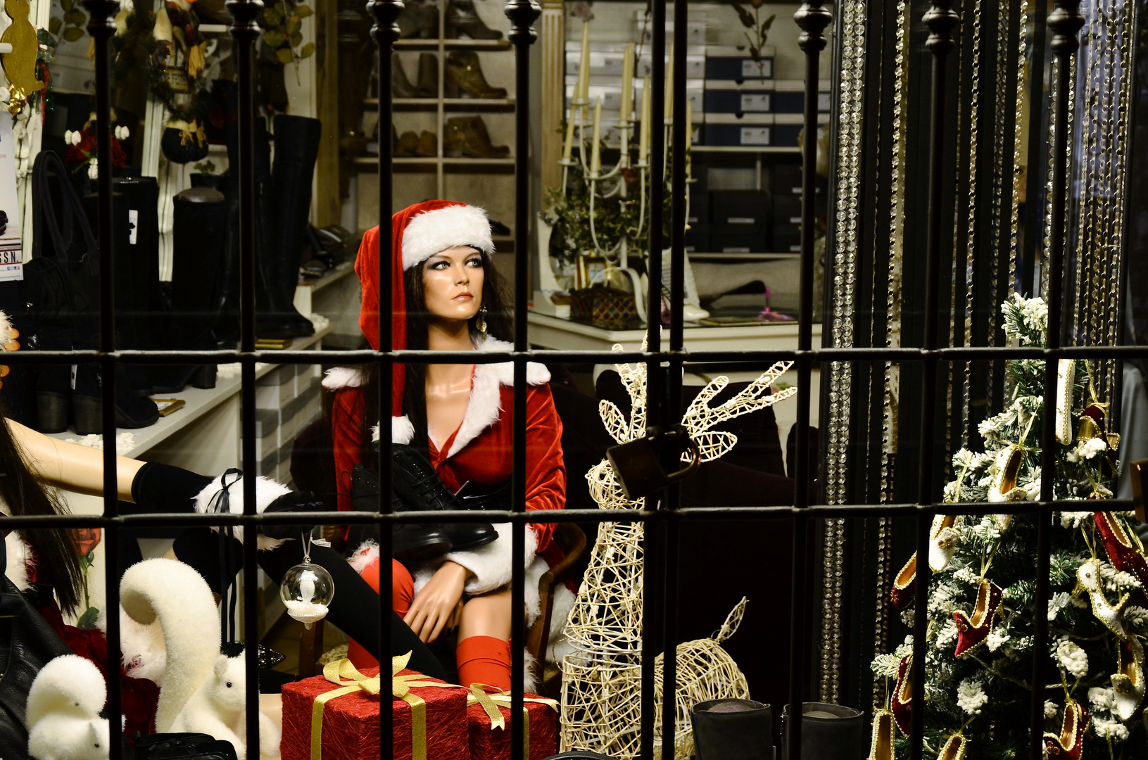 Mamma Natale in gabbia