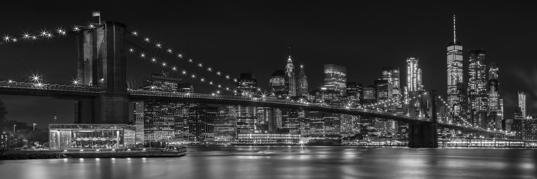 MANHATTAN SKYLINE & BROOKLYN BRIDGE Impressionen bei Nacht   Panorama Monochrom