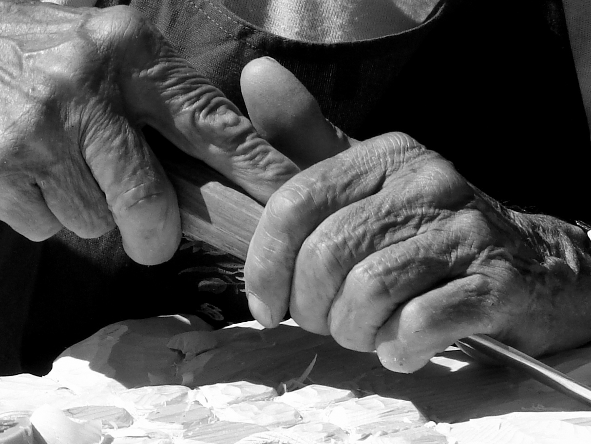 mani scolpite scolpiscono
