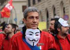 Manifestante con la maschera di Anonymous
