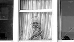 Mann am Fenster - Durchsicht(tig)
