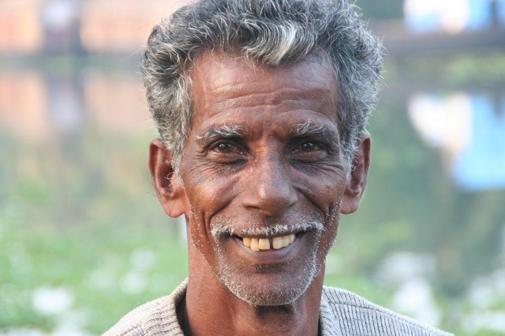 Mann am Kanal - in Südindien