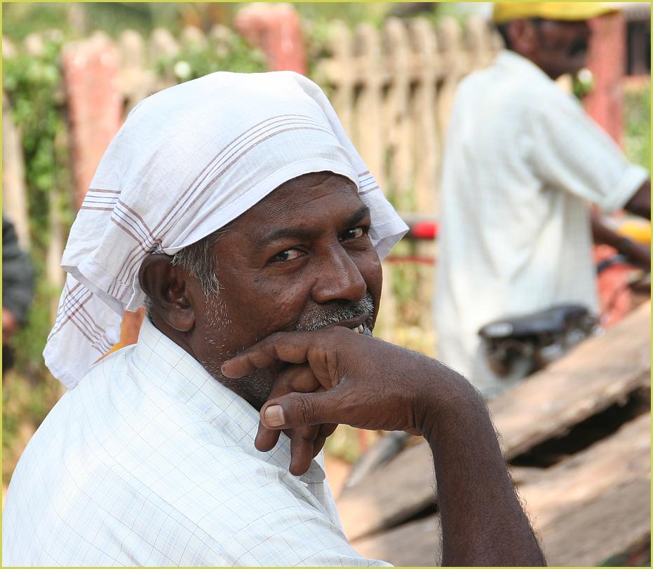 Mann an der Bahnschranke ... in Kerala