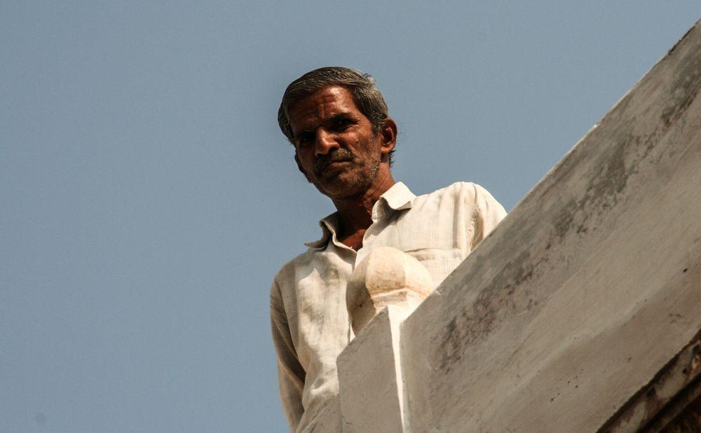 Mann auf Dach India