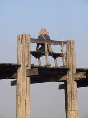 Mann auf der Brücke