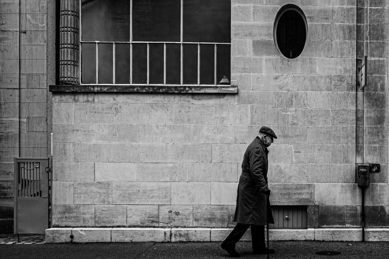 Mann in Grau in Grau in Grauen Zeiten