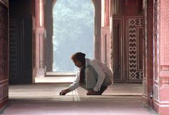 Mann kniet im Palast Indien